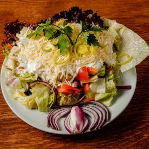 Friss vegyes saláta dressinggel és reszelt sajttal